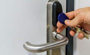 Portable door lock mechanism